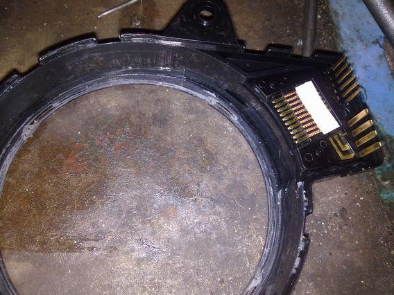 Зачищаем и лудим контакты на корпусе рулевого шлейфа